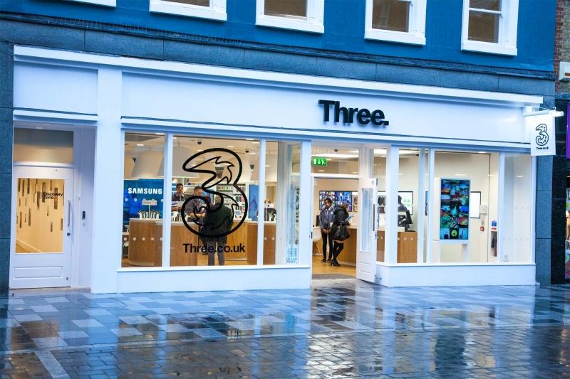 Three först ut i Storbritannien med volte